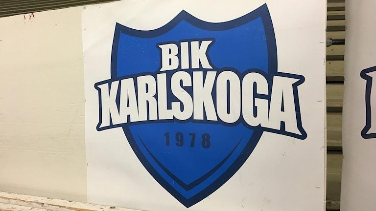 BIK Karlskogas klubbemblem. Foto: Gustav Jacobson/Sveriges Radio.