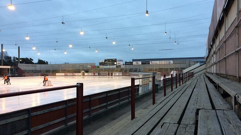 En läktare vid Tingvalla isstadion. Foto: Per Larsson/Sveriges Radio.