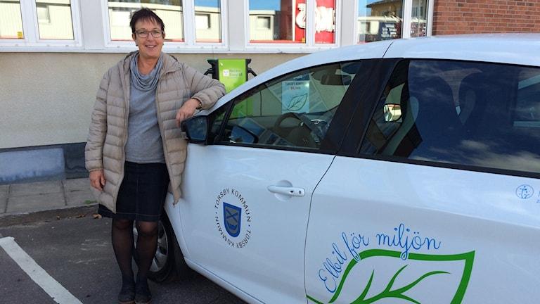 Ann-Katrin Järåsen kommunalråd vid Torsby kommuns första elbil.