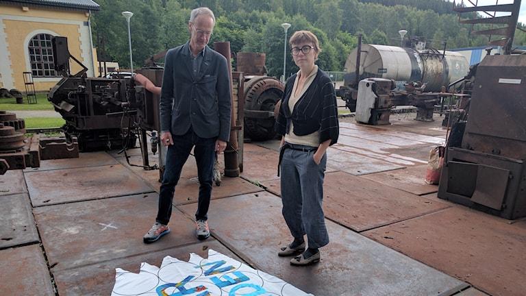 John Sundkvist och finska konstnären Elina Juopperi står utanför Lesjöfors museum.