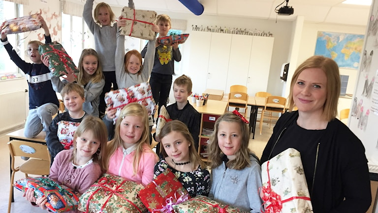 Julklappshjältar på Järvenskolan i Gunnarskog, och läraren Lina Lindgren. Foto: Robert Ojala/Sveriges Radio.