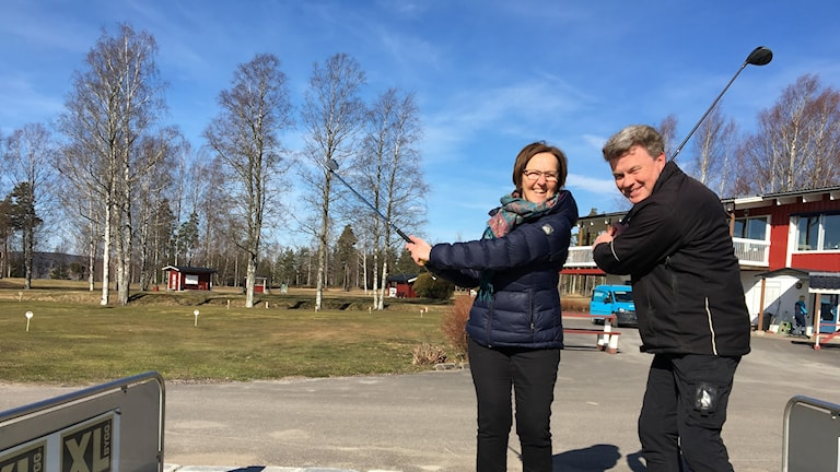 Två personer svingar golfklubborna. Foto: Jonas Berglund/Sveriges Radio.