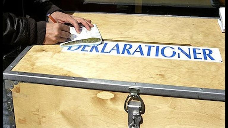 Någon stoppar ner sin deklaration i en trälåda. Foto: Bertil Ericson/Scanpix