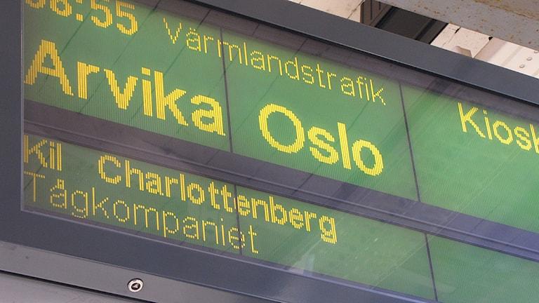 Skylt med informatiobn om avgående tåg. Foto: Lars-Gunnar Olsson/Sveriges Radio.