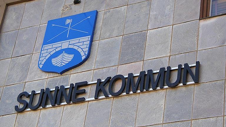 Sunne kommunkontor. På fasadens ser man kommunvapnet och namnet. Foto: Lennart Nordenstein/Sveriges Radio.