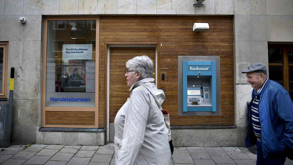 Personer utanför Handelsbankens kontor.