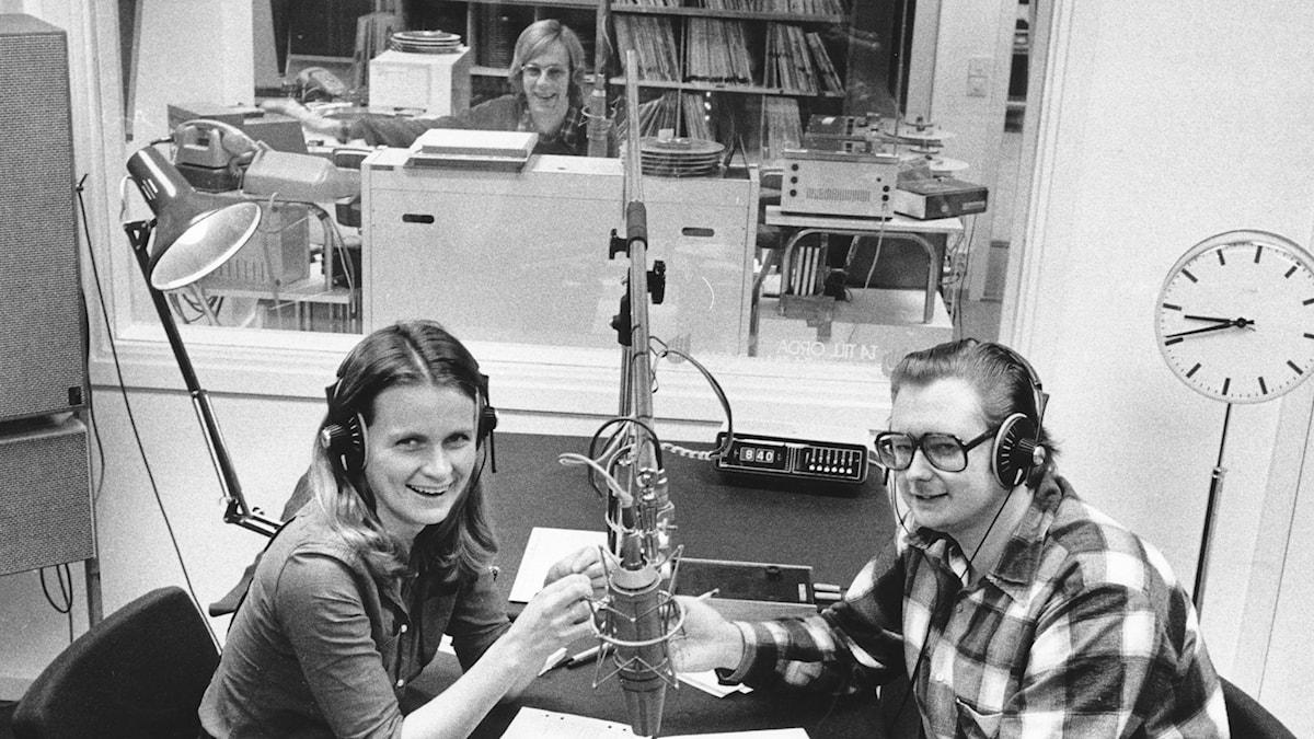 Två studioreportrar och en ljudtekniker