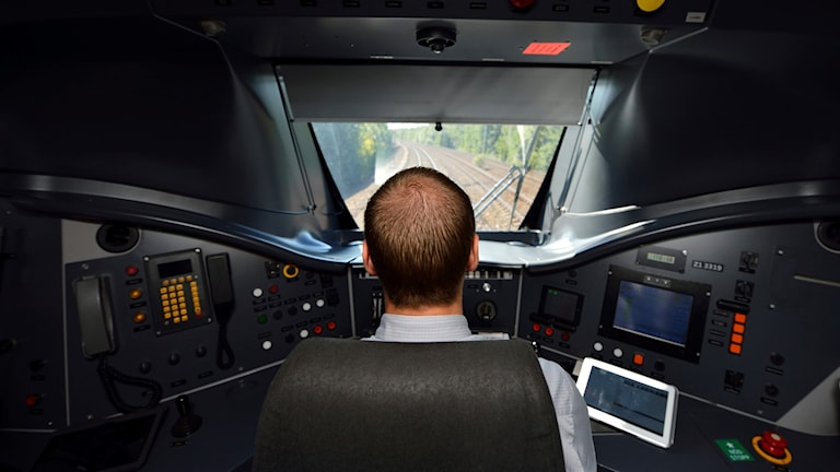 Foto av en lokförare under färd.