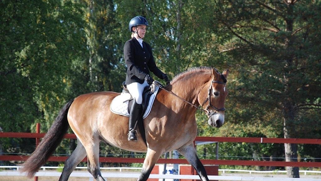 Tova Jonsson med sin häst Lukas