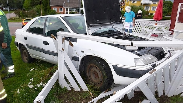 En bil inkörd i en uteserering. Foto: Bergslagens Räddningstjänst.