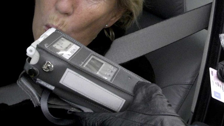 Polis kontrollerar en bilförare. Foto: Gunnar Lundmark/Scanpix