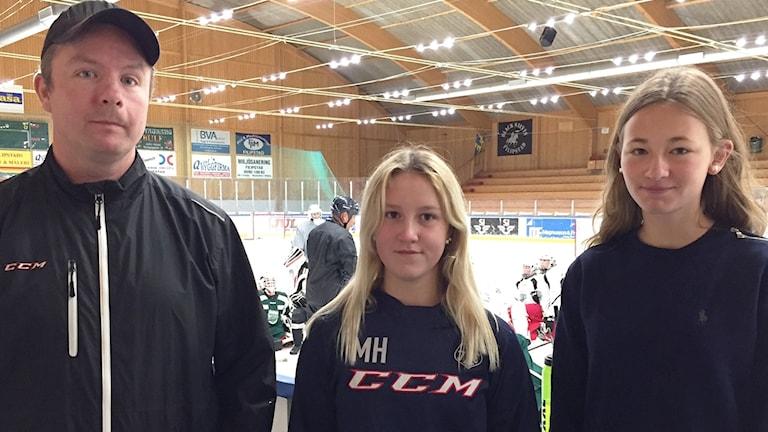 Ulf Carlsson, ordförande Filipstad hockey och hockeytjejerna, Maja 14 år och Olivia 14 år. Foto: Elias Andersson/Sveriges Radio