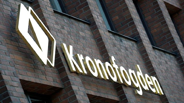 Fasade med Kronofogdens skylt. Foto: Fredrik Sandberg/SCANPIX.