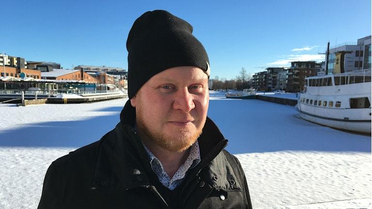 Henrik Lander (C), teknik- och fastighetsnämndens ordförande, vid ett snöigt Inre hamn i Karlstad. Foto: Magnus Hermansson/Sveriges Radio.