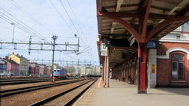 Räls, ledningar och stationshus på järnvägsstationen i Karlstad. Foto: Zin Jägersand/SR.