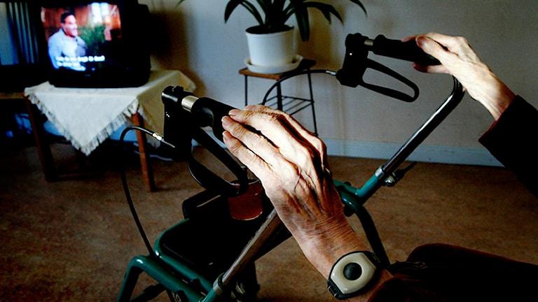 Händer på rullator i tv-rum. Foto: Jessica Gow/Scanpix