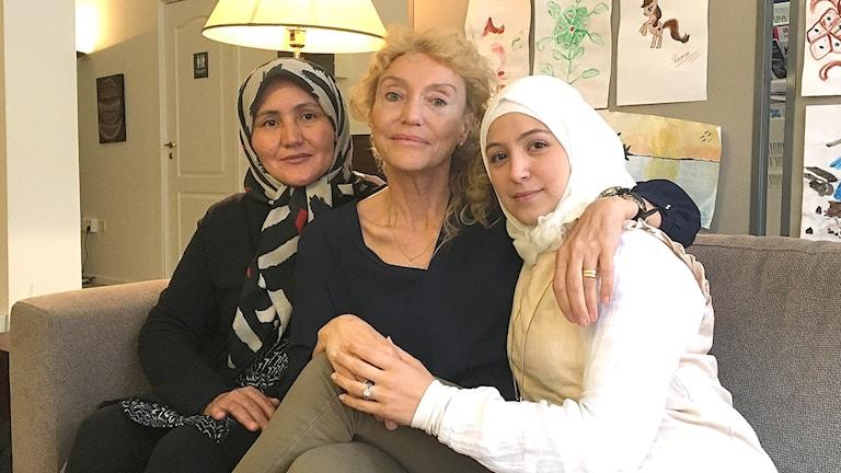 Hawa Mohammadi, språkstödjare, Anna Folmer Söderberg, projektledare, och Zaina Helal, språkstödjare. Foto: Gustav Jacobson/Sveriges Radio.