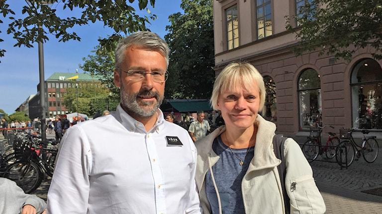 en man och en kvinna på gågatan i Karlstad centrum.