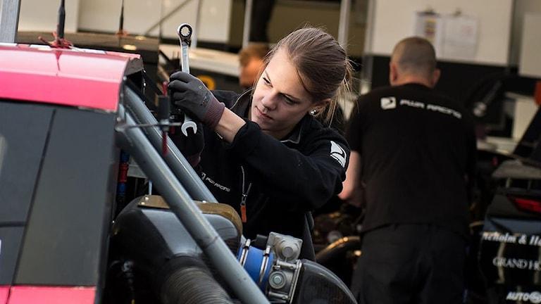 Lisa Jonasson från Nykroppa skruvar på en bil. Foto: Martin Öberg.