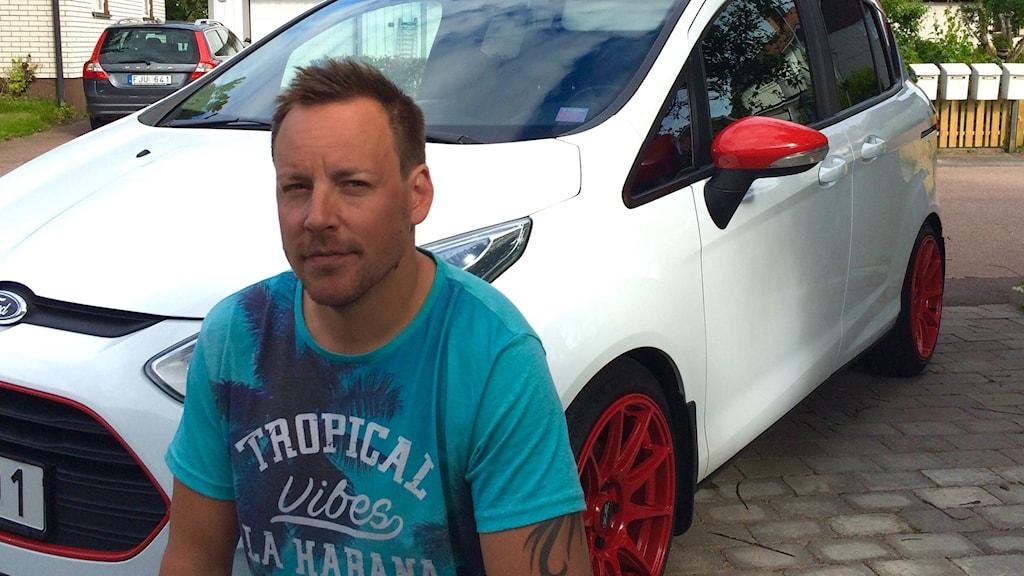 Anders Englund, ordförande Karlstad Racing frammeför sitt vita vrålåk med röda fälgar.