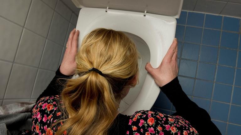 En kvinna lutar sig över en toalett. Foto: Jonas Ekströmer/TT.