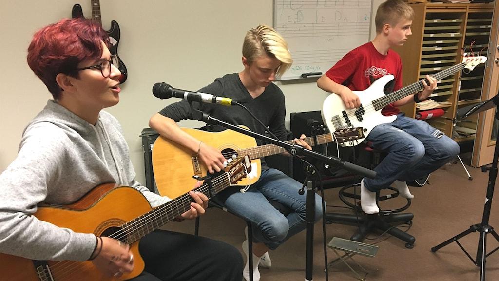 Elisabeth Vestlund, Jimmie Viding och Filip Johansson, elever på Kulturskolan i Kil. Magnus Hermansson/Sveriges Radio.