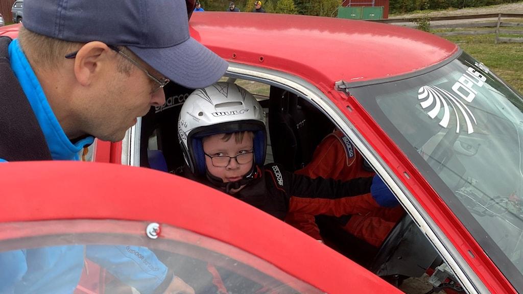 Julian och Mattias Karlsson sitter i en folkracebil. Foto: Bengt Höglind/Sveriges Radio