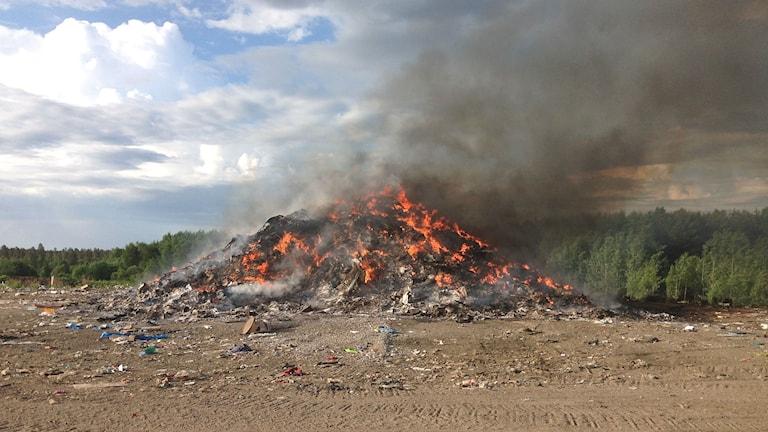 Det brinner sedan i natt i en avfallshög på Djupdalens återvinningscentral. Foto: Karlstadsregionens räddningstjänst.