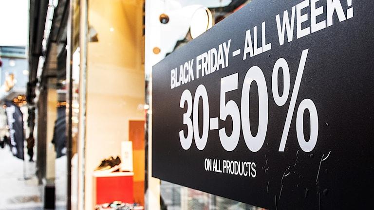 Black Friday-skylt i ett butiksfönster. Foto: Tomas Oneborg/TT.