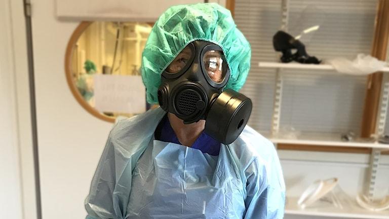 En sjuksköterska i skyddskläder och med ansiktsmask. Foto: Louise Uhlin/Sveriges Radio.