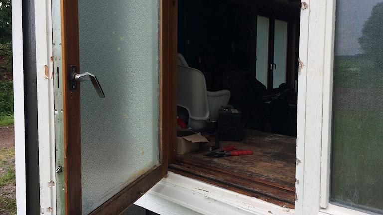 Inbrottstjuvarna tog sig in via ett fönster. Arkivbild.