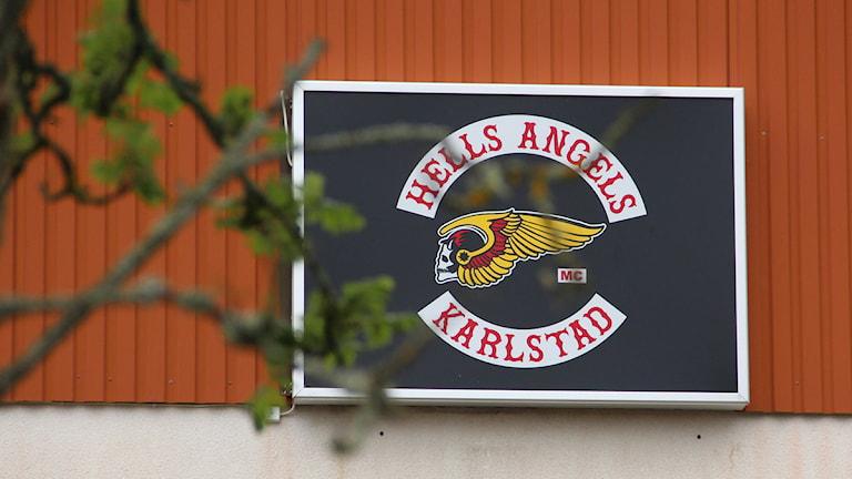 Skylt med texten Hells Angels. Foto: Jonatan Björck/Sveriges Radio.