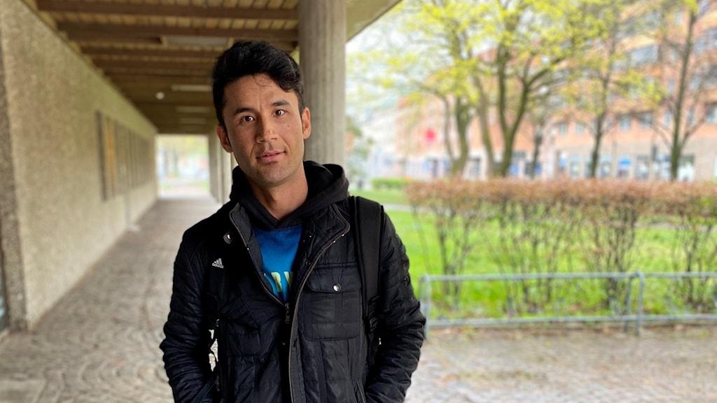 Ali Mohammdi står utomhus. Foto:Alicia Tegeborg/Sveriges Radio