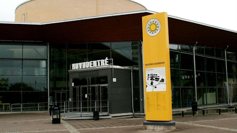 Huvudentrén vid KAU med den gula, nya, skylten.