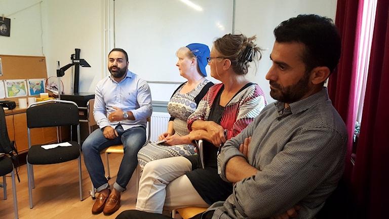 Ibraham Baker som är emot bygget pratar medan Rauf Ahmadi, ordförande i Islamiska kulturföreningen väntar på sin replik. Christina Gabrielsson och Maria Kristina Börebäck lyssnar.
