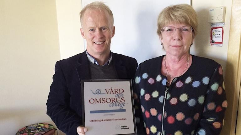 Lars Tanner, rektor komvux Kristinehamn, Anne Hölmebakk verksamhetschef på socialförvaltningen. Foto: Jenny Tibblin/Sveriges Radio.