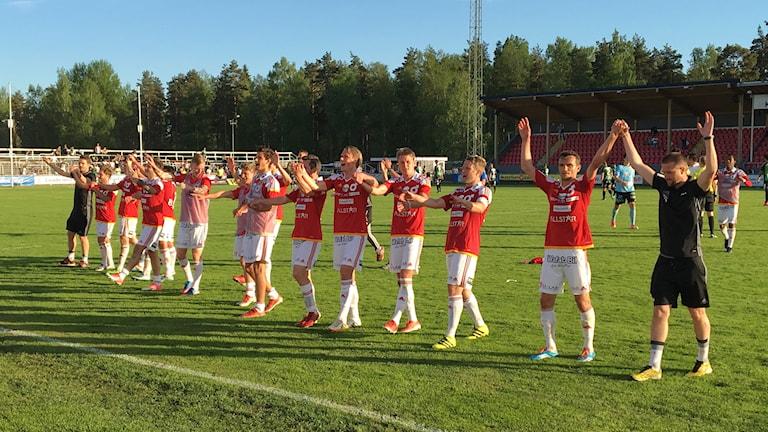 Laget tackar publiken. Foto: Magnus Hermansson, Sveriges Radio.