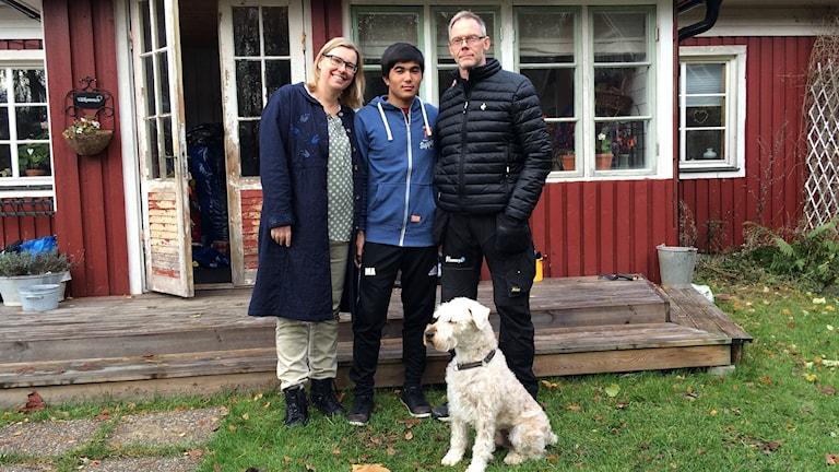 Mubaraksha tillsammans med Helena och Pelle Gustafsson och hunden Messi.