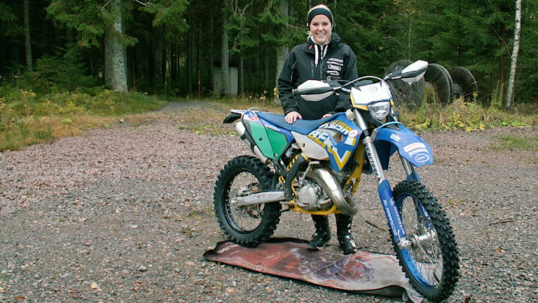 Amanda Elvin med motorcykel. Foto: Micael Fasth/P4 Värmland