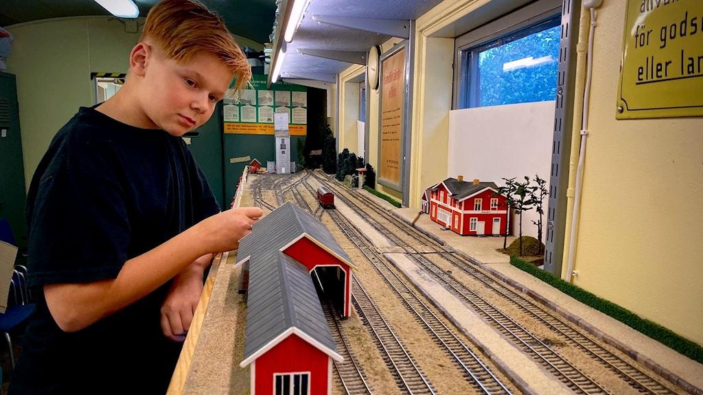 Ung kille vid modelljärnväg