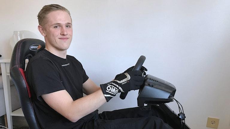 Andreas Magnusson i sin förarstolen i hemmet. Foto: Per Larsson/Sveriges Radio.