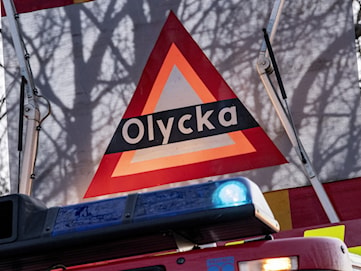 Kvinna förd till sjukhus med ambulanshelikopter efter singelolycka