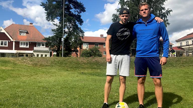 17-åriga Dejekillarna Erik Torstensson och Jonathan Fors har gått ett år på fotbollsakademi i italienska Perugia.