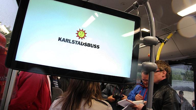Tv-skärm i en Karlstadsbuss. Foto: Lars-Gunnar Olsson/Sveriges Radio.