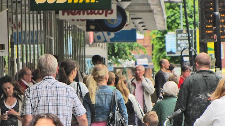 Folkvimmel på Drottninggatan. Foto: Isak Olsson/Sveriges Radio.