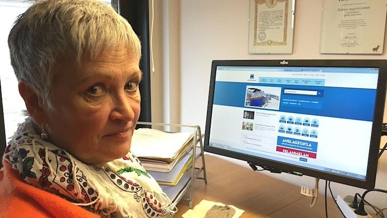 Christina Olsson, administrativ chef Grums kommun, vid en dator med kommunens webbsida. Foto: Magnus Hermansson/Sveriges Radio.