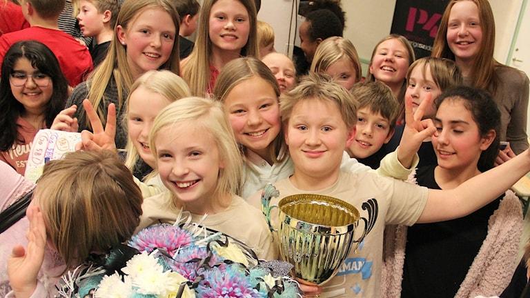 Vinnarna, Lisola Knöös och Victor Karlsson, Engelska skolan 5B, omgiven av klasskamraterna. Foto: Lars-Gunnar Olsson/Sveriges Radio.