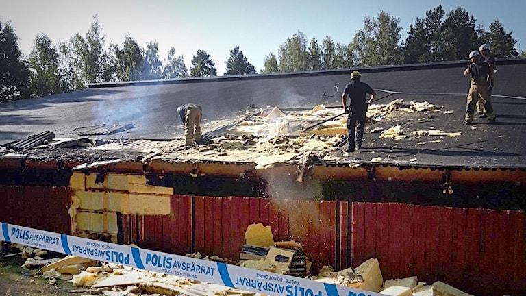Släckningsarbete pågår på Arvika Tennishalls tak.