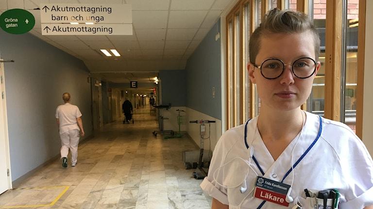 Läkaren Frida Kareliusson står i en korridor strax utanför akutmottagningen på centralsjukhuset i Karlstad.