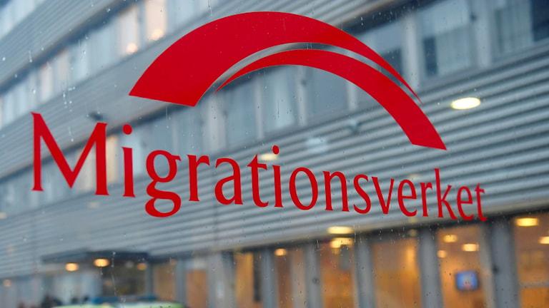 En skkylt med texten Migrationsverket. Foto: Stina Stjernkvist/TT.